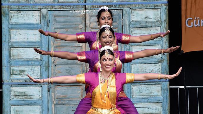 Der Eröffnungstanz war ein Mix aus klassischem indischem Tempeltanz und modernen Elementen.