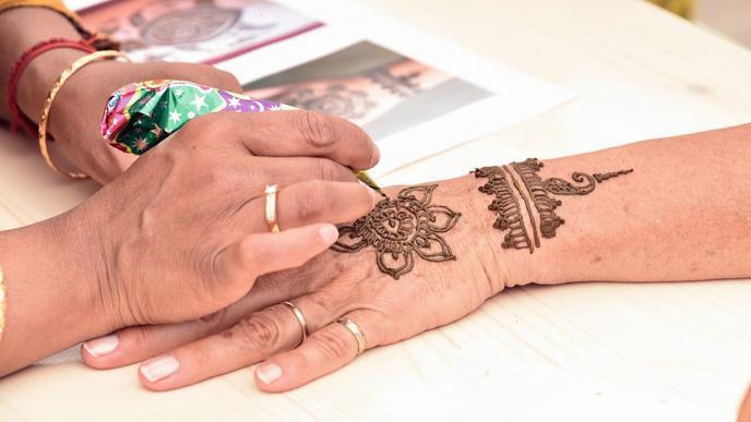 Besonders bei Kindern war das Bemalen der Hände mit Henna beliebt.