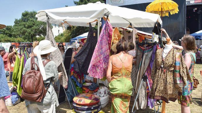 Auf dem Basar konnten Besucher stöbern und bunte Saris anprobieren.
