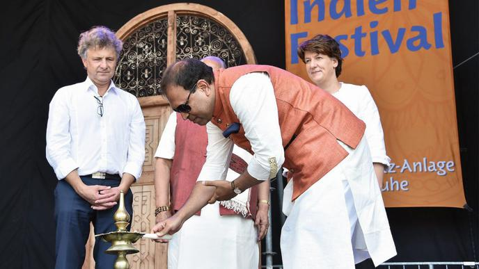 Mit der traditionellen Kerzenzeremonie wurde die Veranstaltung eröffnet. Sugandh Rajaram, Generalkonsul der Republik Indien, entfachte einen der fünf Dochte.