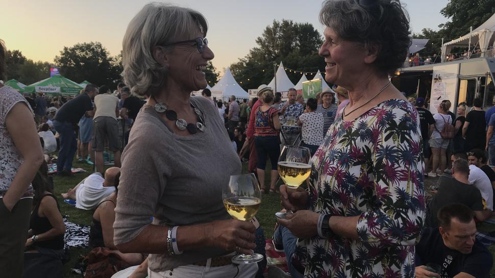 Bei Live-Musik und einem Glas Wein verbringen Doris und Gudrun ihren Feierabend in der Günther-Klotz-Anlage.