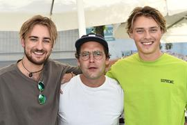 """Philipp Kurtz (links) und Joris Gugno (rechts) trafen den Künstler Bosse beim """"Fest"""". Ein Gewinnspiel der BNN machte diesen besonderen Moment möglich."""