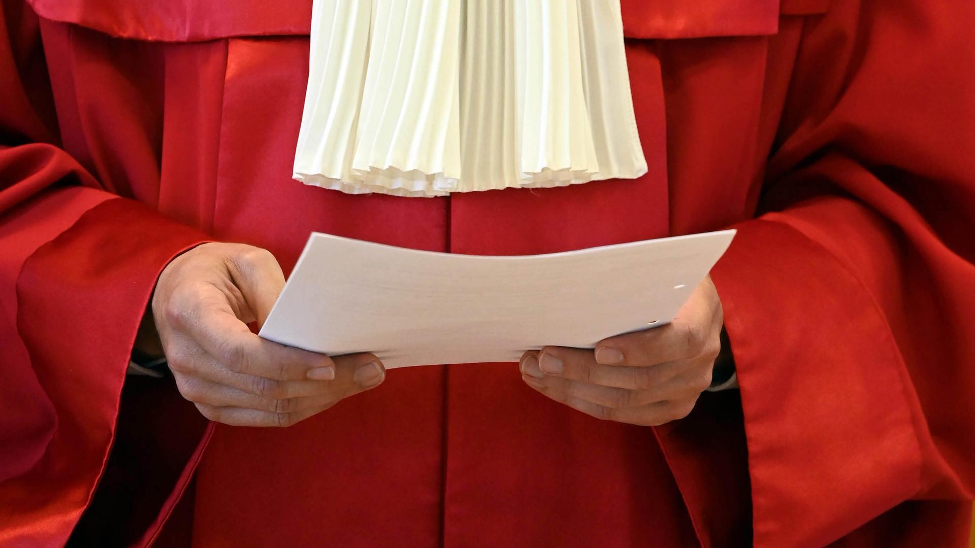 Die roten Roben sind das Markenzeichen der Bundesverfassungsrichter. Das Gericht war 1951 eröffnet worden und hat seither die Aufgabe, die Verfassung zu hüten.