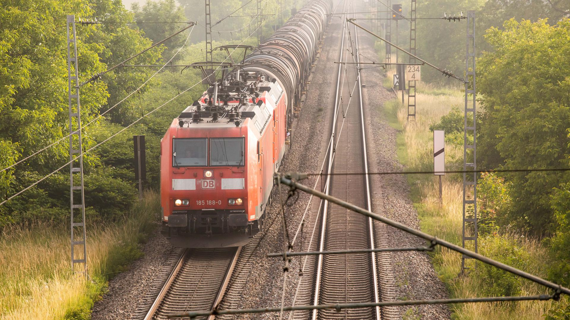 Ein Güterzug der Deutschen Bahn (DB) mit Tankanhängern fährt auf der Rheintalschiene nahe Hügelheim in Richtung Süden. Mit dem Fahrplanwechsel am Wochenende enden die Corona-Einschränkungen bei der Deutschen Bahn. +++ dpa-Bildfunk +++