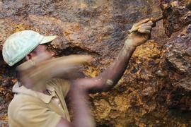 Ein Mann arbeitet in der Mine Zola Zola bei Nzibira in der ostkongolesischen Provinz Süd-Kivu auf der Suche nach Mineralien und Erzen. Im Kongo liegen große Vorkommen von Rohstoffen, die weltweit in der Industrie benötigt werden. (Zu dpa «Rohstoff für E-Mobilität: Neue Standards für Kobalt aus Kongo») +++ dpa-Bildfunk +++