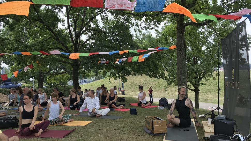 Sanfte Bewegungen zeigt Yogalehrer Thomas Meinhof den Teilnehmern.