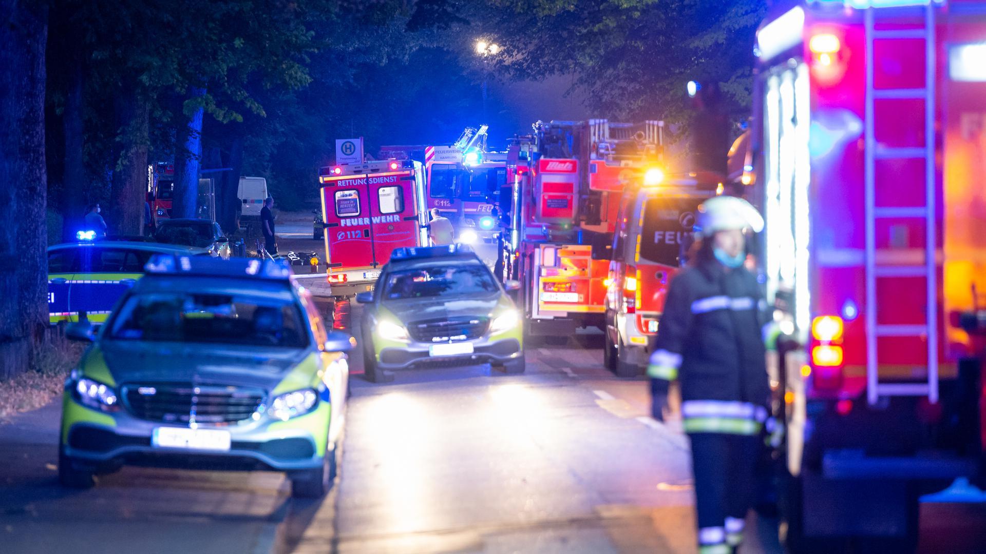 Einsatzfahrzeuge von Feuerwehr, Rettungsdienst und Polizei stehen mit Blaulicht am Einsatzort.