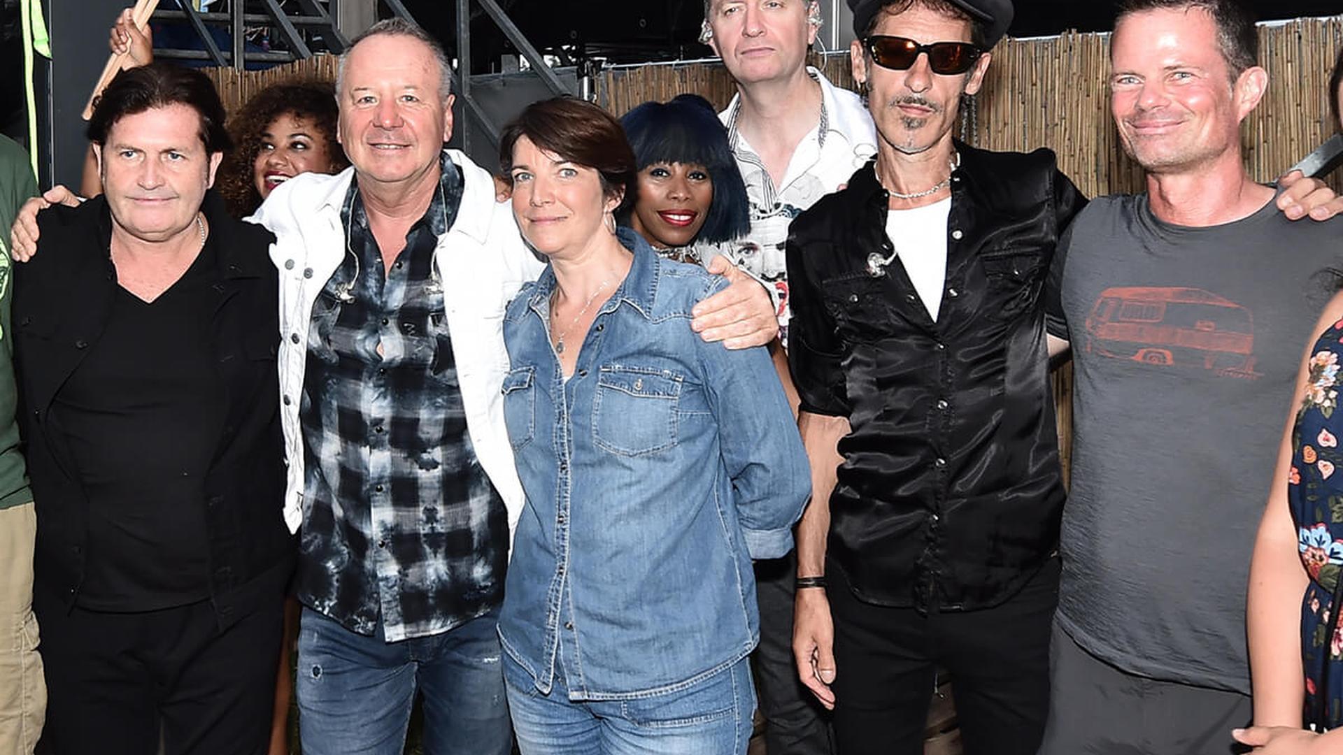 Marianne Gall (Vierte von links) und Oliver Wedlich (rechts) haben das Meet & Greet mit den Simple Minds gewonnen.
