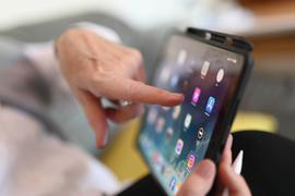 Die Seniorin Elisabeth Groß hält in ihrem Arbeitszimmer ein iPad in ihren Händen. Ein Forschungsprojekt der Pädagogischen Hochschule (PH) Karlsruhe, des Karlsruher Instituts für Technologie (KIT) und internationaler Partner will nun dafür sorgen, dass Senioren nicht digital abgehängt werden. (Zu dpa «Der Frust mit dem Smartphone - Forschungsprojekt will Senioren helfen») +++ dpa-Bildfunk +++