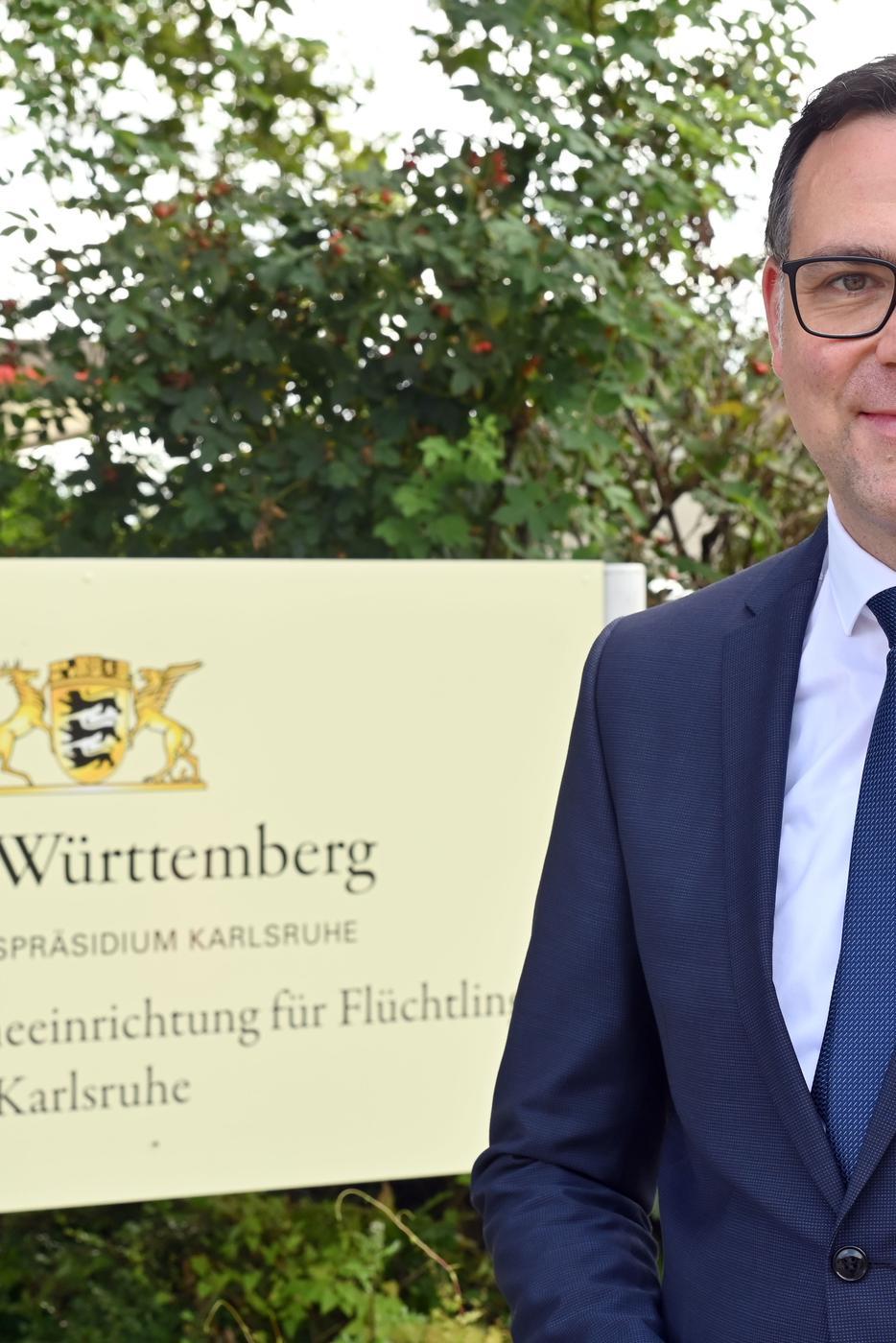 Der baden-württembergische Migrationsstaatssekretär Siegfried Lorek (CDU) steht vor der Landeserstaufnahmeeinrichtung für Flüchtlinge. Bei seinem Antrittsbesuch wollte er sich über die Arbeit der Einrichtung informieren. +++ dpa-Bildfunk +++