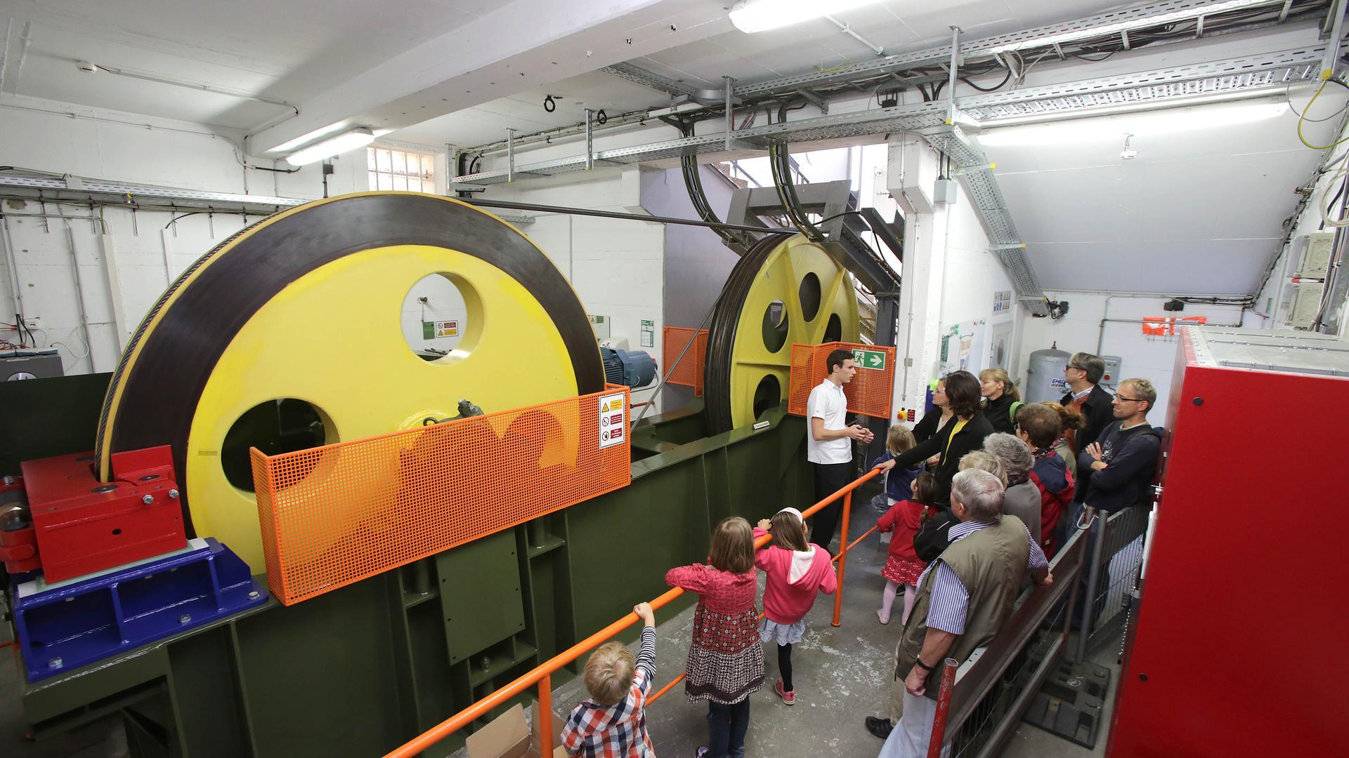 Die Seiltechnik soll nach dem Neubau der Turmbergbahn für Besucher sichtbar sein. Bislang konnten die Räder nur bei Aktionstagen wie auf dem Bild in Augenschein genommen werden.