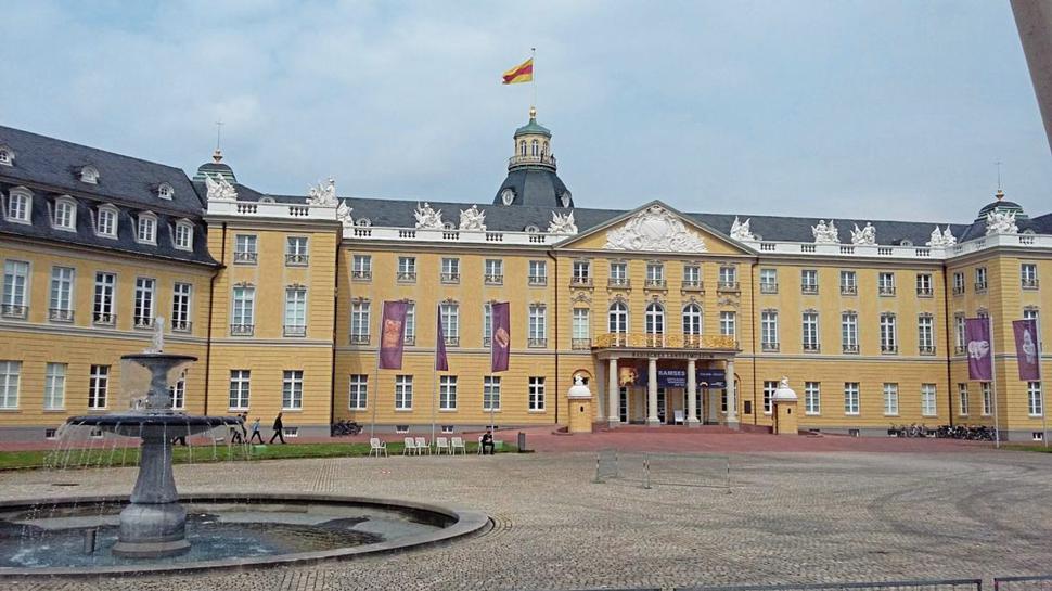 Viel Platz bietet der Schlossplatz vor dem Karlsruher Schloss.