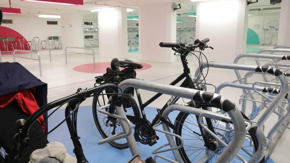 Für einen Euro am Tag können Fahrradfahrer ihr Rad in der hellen Station Süd am Karlsruher Hauptbahnhof abstellen.