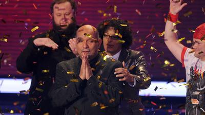"""Der 56-jährige Sänger Freddy Sahin-Scholl (2.v.l) gewinnt die RTL-Castingshow """"Das Supertalent"""" am Sonntagmorgen (19.12.2010) in Köln und die Kandidaten Michael Holderbusch (l-r), Ruddy Estevez und Tobias Kramer gratulieren. Freddy Sahin-Scholl konnte sich gegen insgesamt 11 Finalisten durchsetzen. Foto: Jörg Carstensen dpa/lnw +++(c) dpa - Bildfunk+++"""