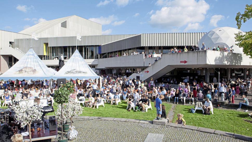So sieht es aus, wenn das Staatstheater Karlsruhe sein Theaterfest feiert.