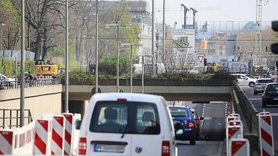 Drunter und drüber geht es für die Autofahrer auf der Kriegsstraße ab Montag nicht mehr: Die Unterführung beim Karlstor wird endgültig dichtgemacht. Autofahrer, Radfahrer und Fußgänger müssen verschiedene Umwege machen.