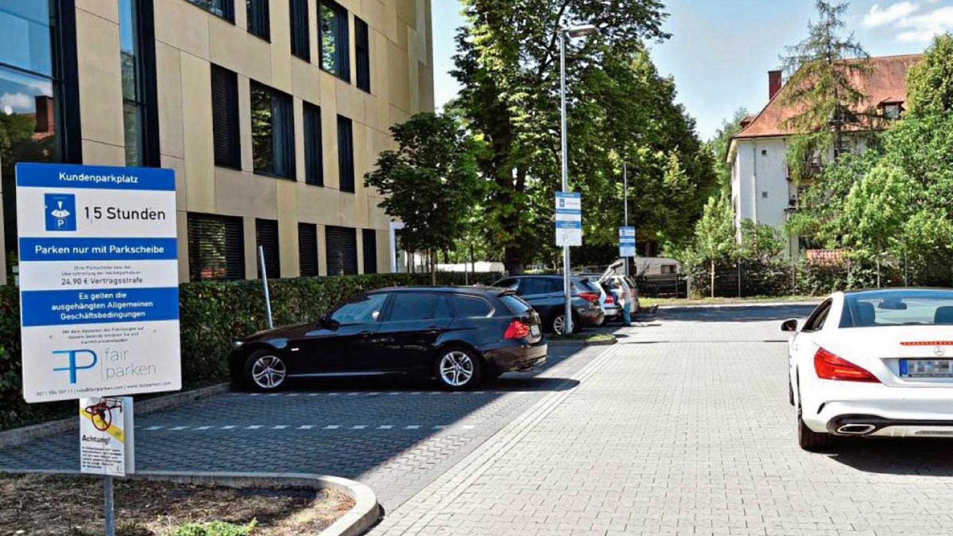Gut sichtbar weisen die Parkplatzüberwacher in Karlsruhe beim Supermarkt Penny auf die Vertragsstrafe hin. Diese wird fällig, wenn parkende Kunden keine Parkscheibe anbringen. Auf vielen Parkplätzen sind die Hinweisschilder jedoch kaum zu erkennen.