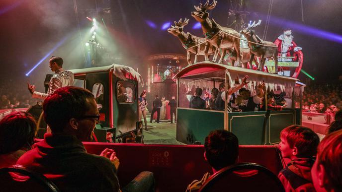 Stimmungsvoller Auftakt der dreistündigen Show in der Manege des Karlsruher Weihnachtscircus.