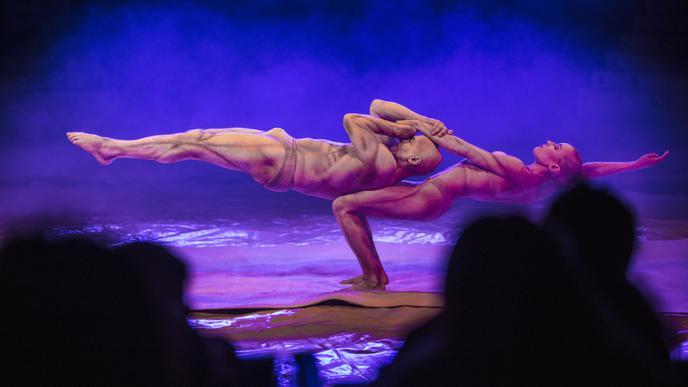 Ungeheure Leichtigkeit vermittelt die eindrucksvolle Hand-auf-Hand-Artistik von La Vision Acrobatics.