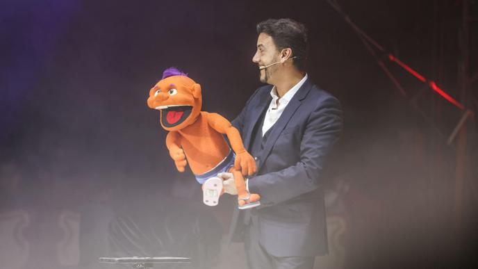Publikumsliebling: Bauchredner Serge Massot mit seiner Puppe Charly.