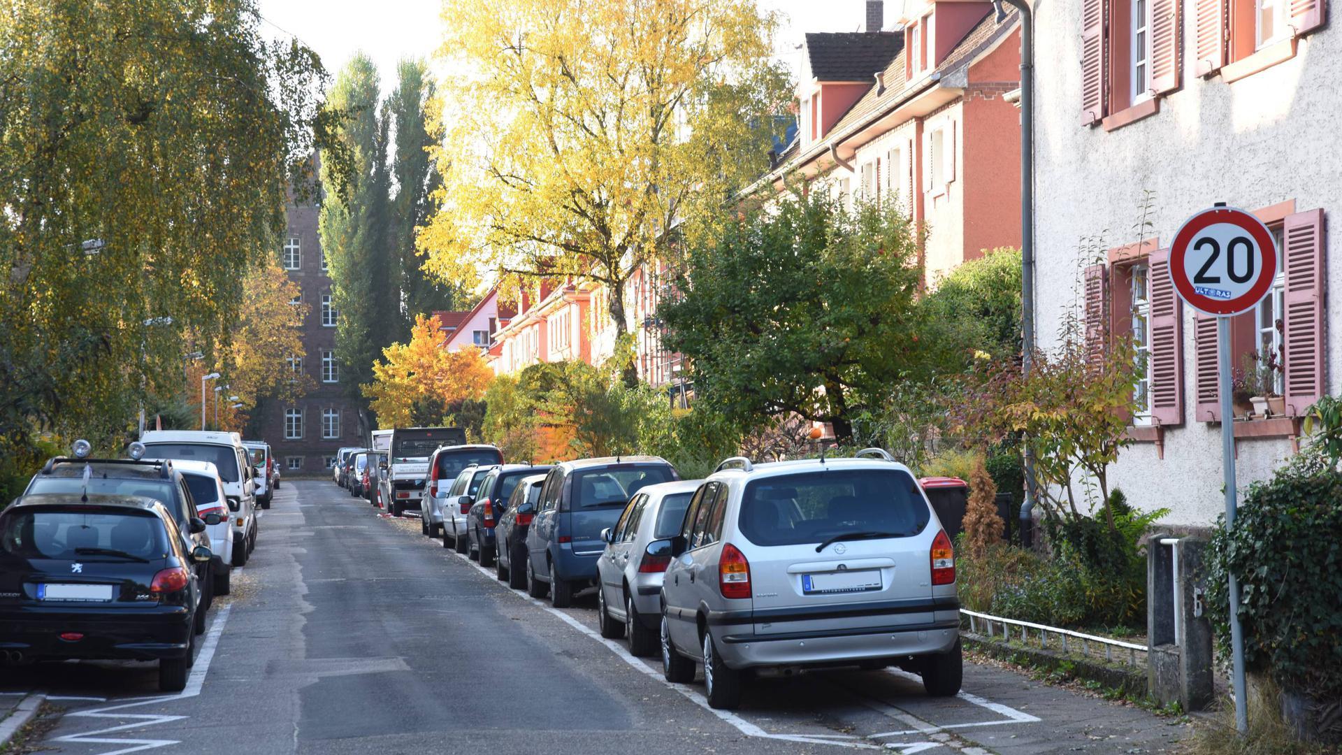 Nur noch auf markierten Gehwegen darf in Karlsruhe geparkt werden. Das Foto entstand in der Gustav-Binz-Straße in der Hardtwaldsiedlung.