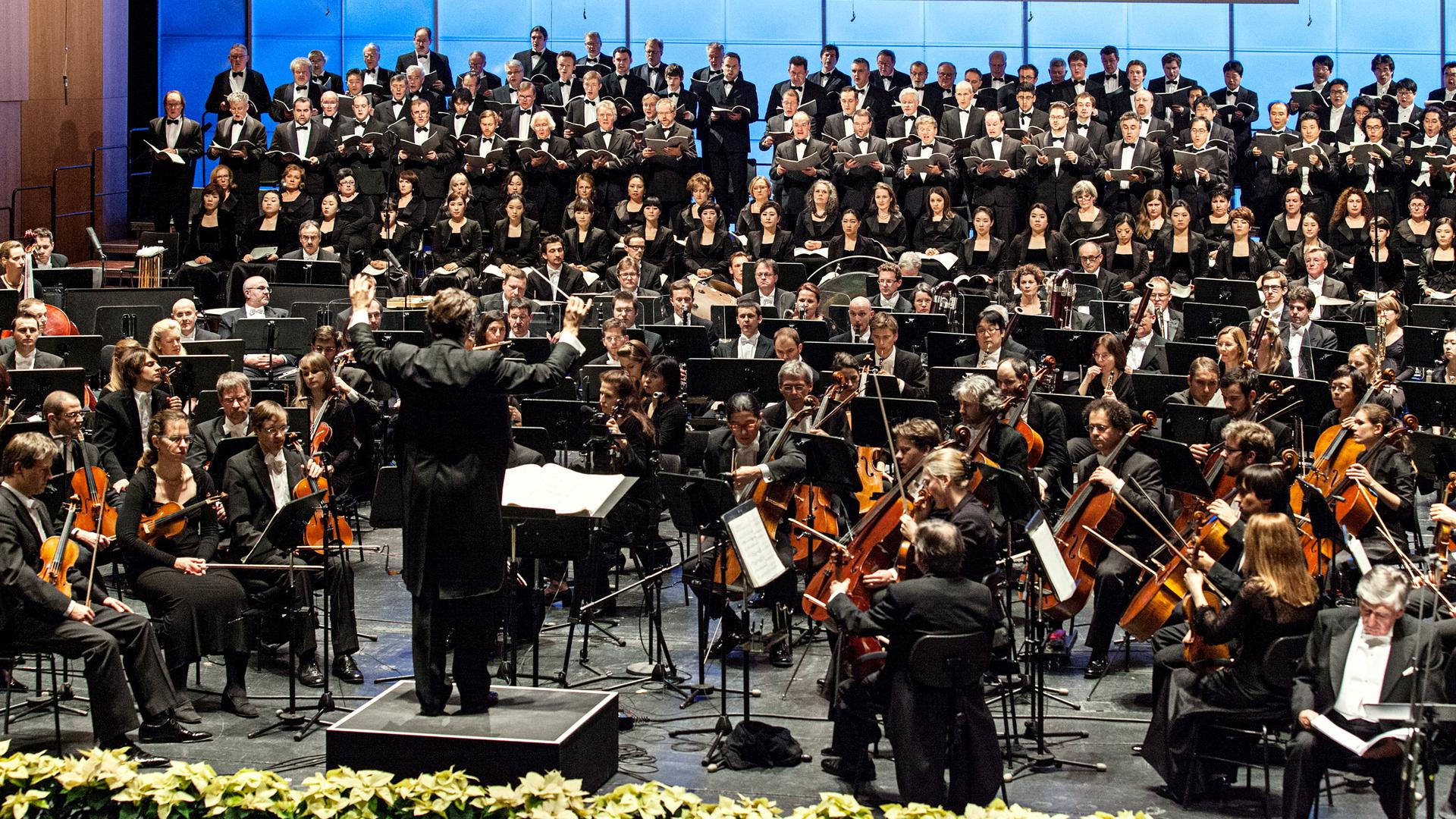 Als Abschlusskonzert zum 350. Orchesterjubiläum der Badischen Staatskapelle führten Musiker im Dezember 2012 im Badischen Staatstheater in Karlsruhe Arnold Schönbergs Gurrelieder auf.