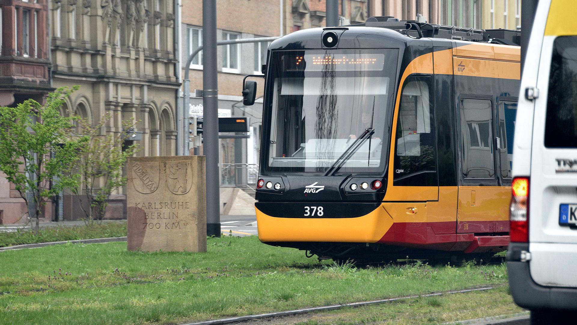 Eine Straßenbahn fährt am Durlacher Tor. (Symbolbild)