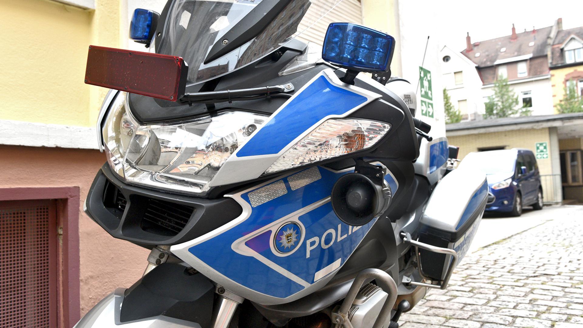 Ein Polizeimotorrad steht in einem Hof. (Symbolbild)