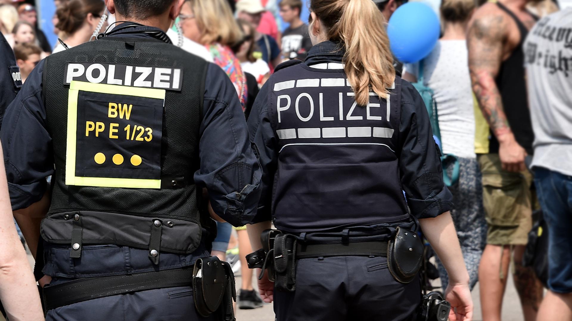 Zwei Polizisten laufen über einen Platz. (Symbolbild)