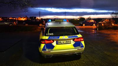Ein Polizeiauto steht auf einem verrgneten Platz. (Symbolbild)