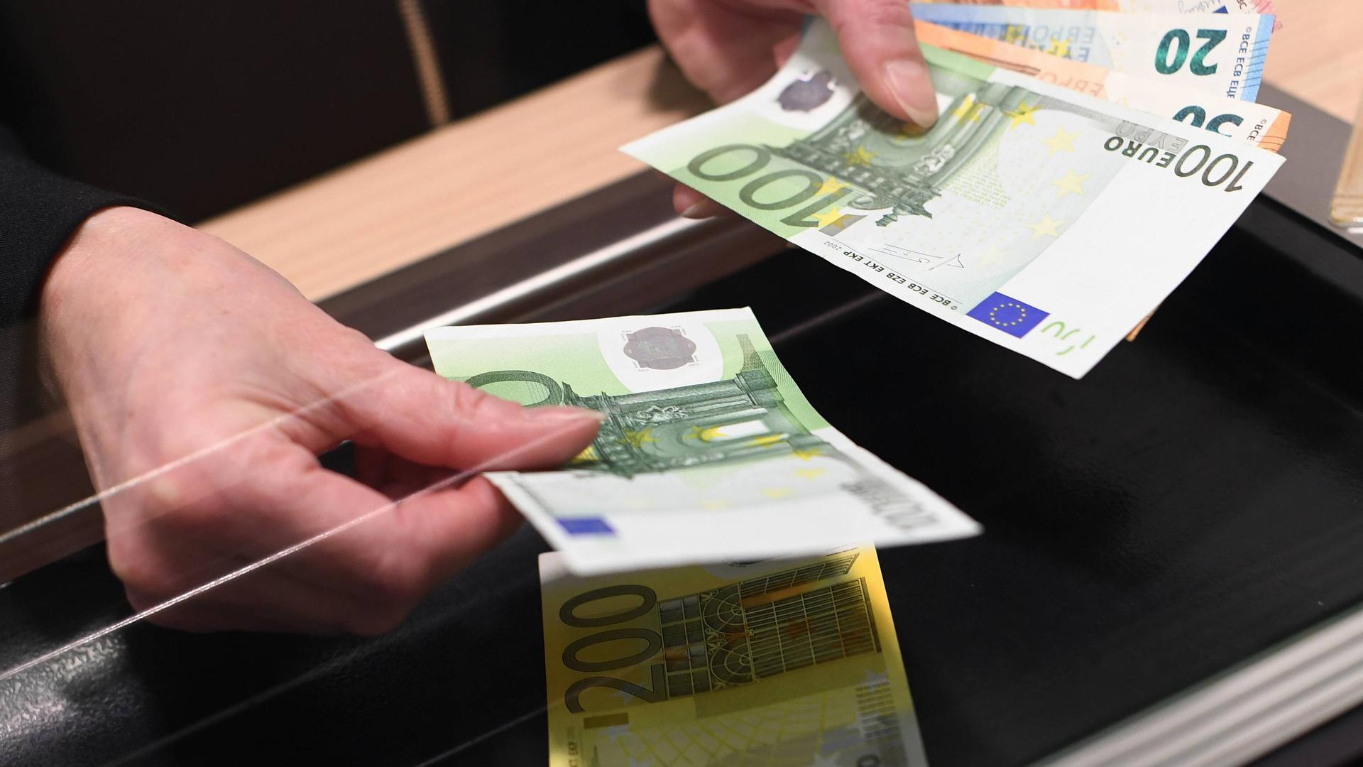 Bargeld an einem Bankschalter