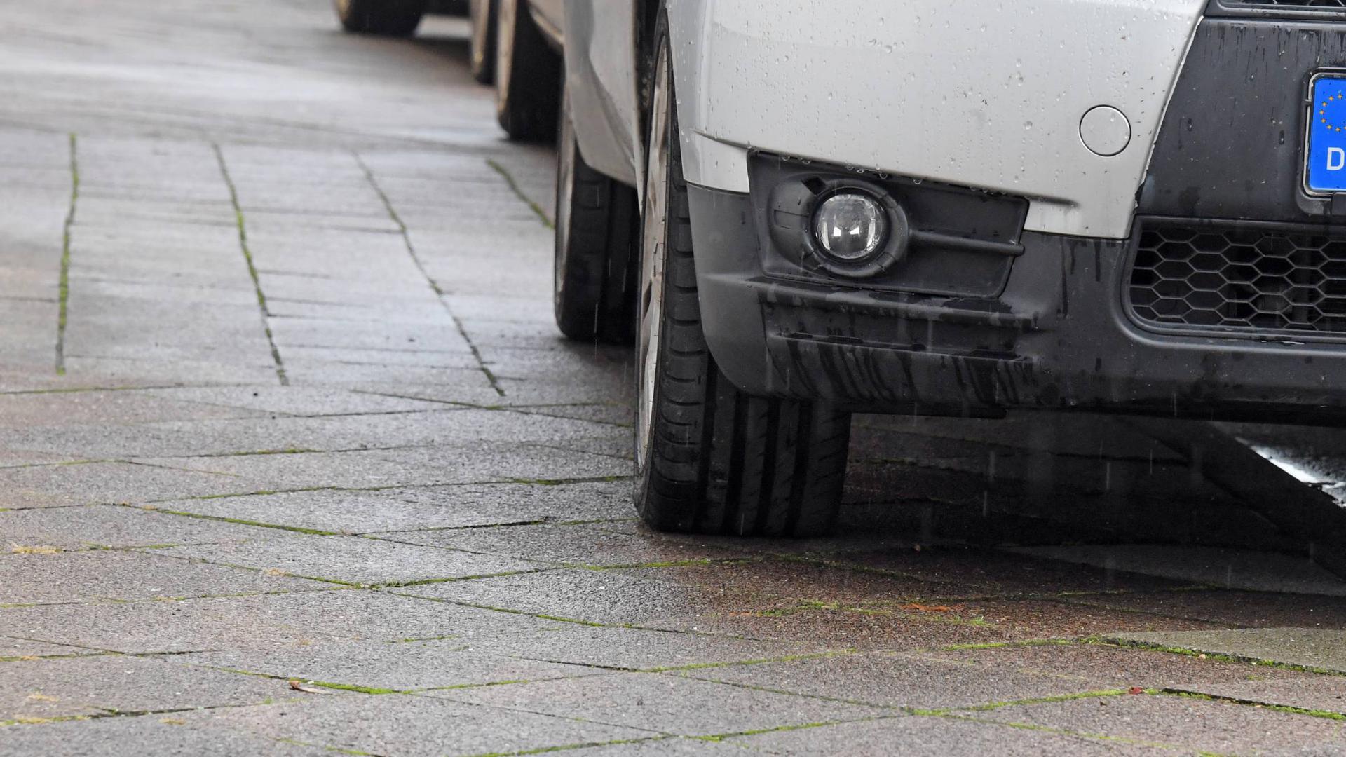 Wenn Autos wie hier in Karlsruhe auf dem Gehweg parken, bleibt nicht immer genug Platz für Passanten. Auch Bruchsal will daher nun beginnen, kostenpflichtige Verwarnungen auszustellen.