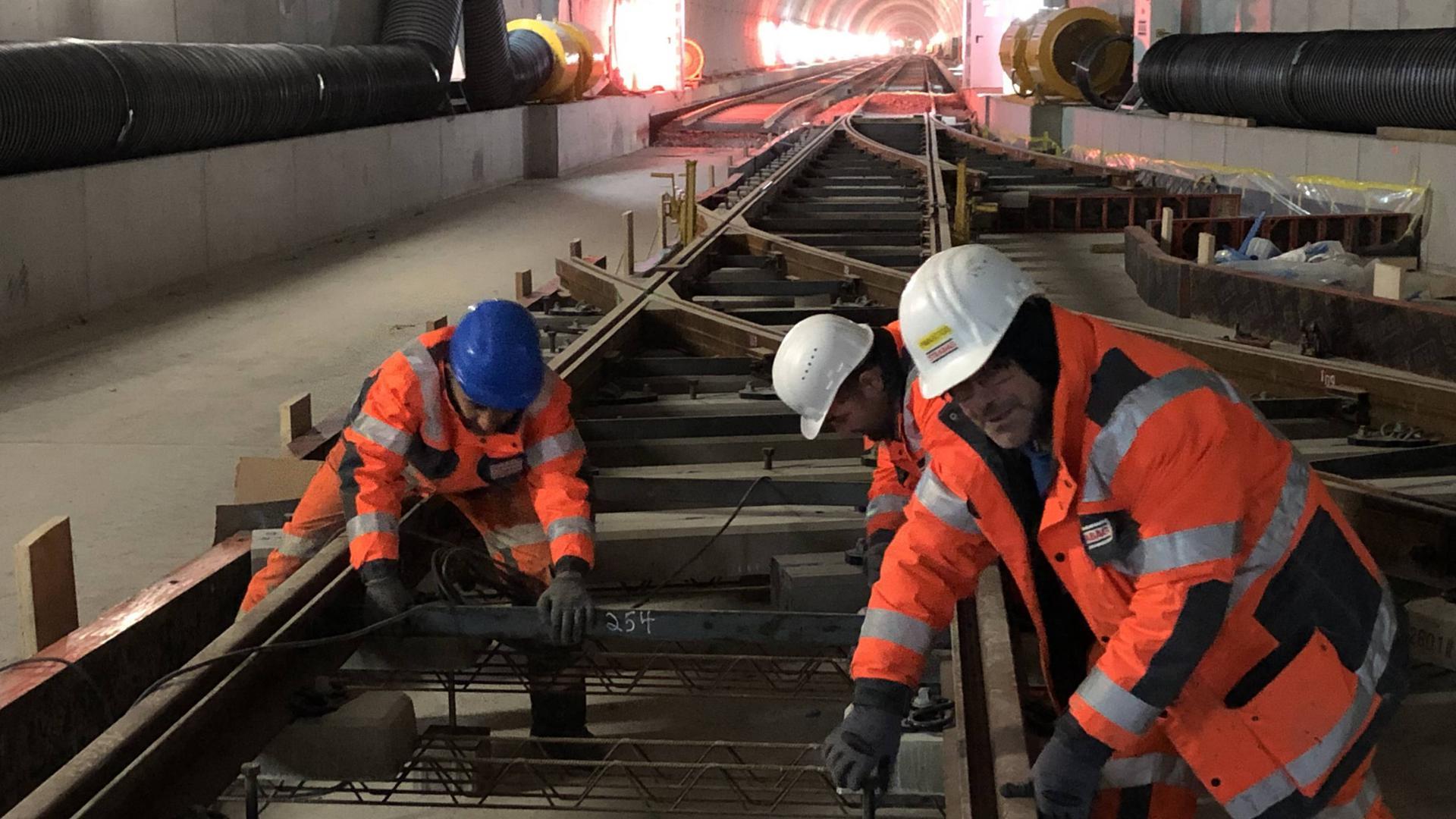 Bauarbeiter arbeiten am unterirdischen Gleisdreieck der Kombilösung Karlsruhe am Marktplatz.