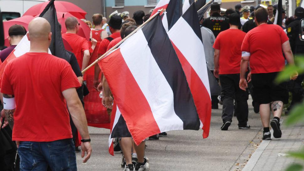 Teilnehmer eines Aufmarsches von Rechtsextremen am 03.06.2017 durch Durlach. Die rechtsextreme Kleinstpartei Die Rechte hat zum «Tag der deutschen Zukunft» aufgerufen.