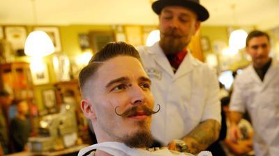 Ein Barbier mit einem Kunden