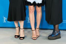 Die Schauspielerinnen Cate Blanchett (l-r), Lily James und Helena Bonham Carter posieren am 13.02.2015 in Berlin während der 65. Internationalen Filmfestspiele beim Fototermin für «Cinderella». Der Film läuft im Wettbewerb (außer Konkurrenz) der Berlinale 2015. Foto: Michael Kappeler/dpa ++