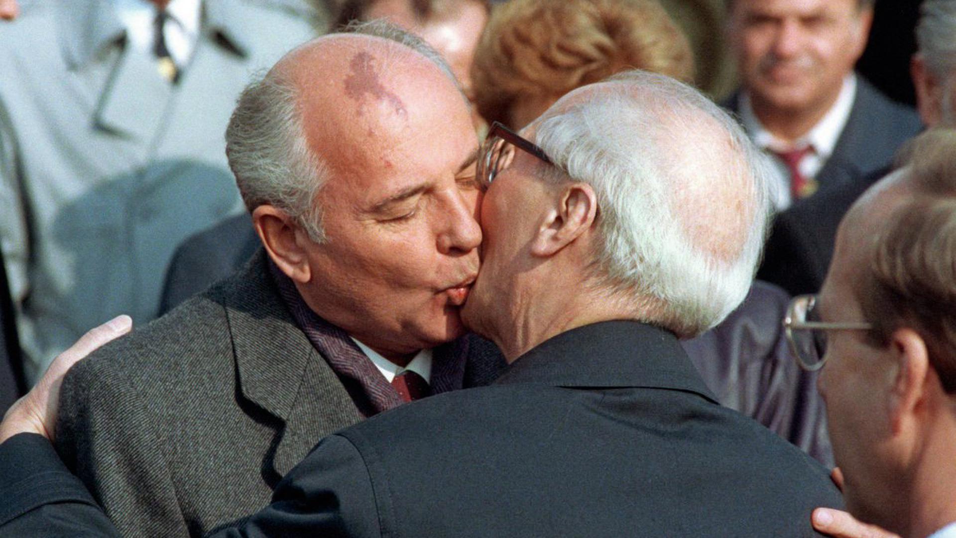 Der sowjetische Staats- und Parteichef Michail Gorbatschow (l) wird nach seiner Ankunft zu den Feierlichkeiten zum 40-jährigen Staatsjubiläum der DDR am 6. Oktober 1989 in Ost-Berlin von dem Staatsratsvorsitzenden Erich Honecker mit dem traditionellen Bruderkuß willkommen geheißen.