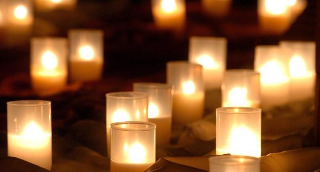 """Kerzen brennen im Erfurter Mariendom bei der """"Nacht der Lichter""""."""