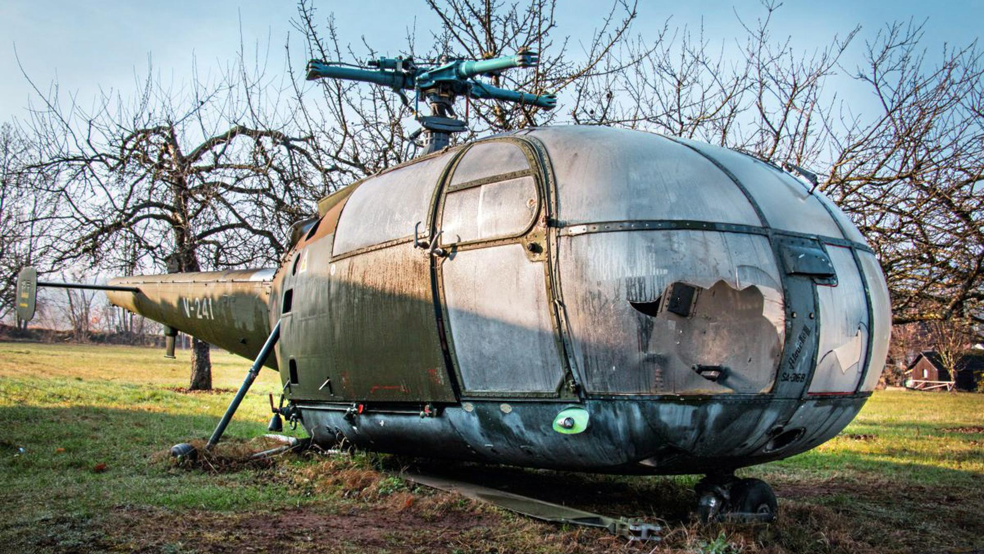 Am Rande einer Streuobstwiese bei Pforzheim fand Benjamin Seyfang einen verfallenden Helikopter.