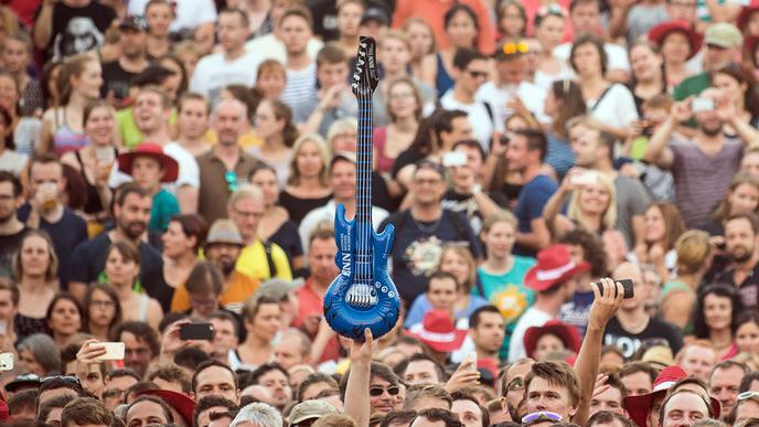 Luftgitarre in der Menge
