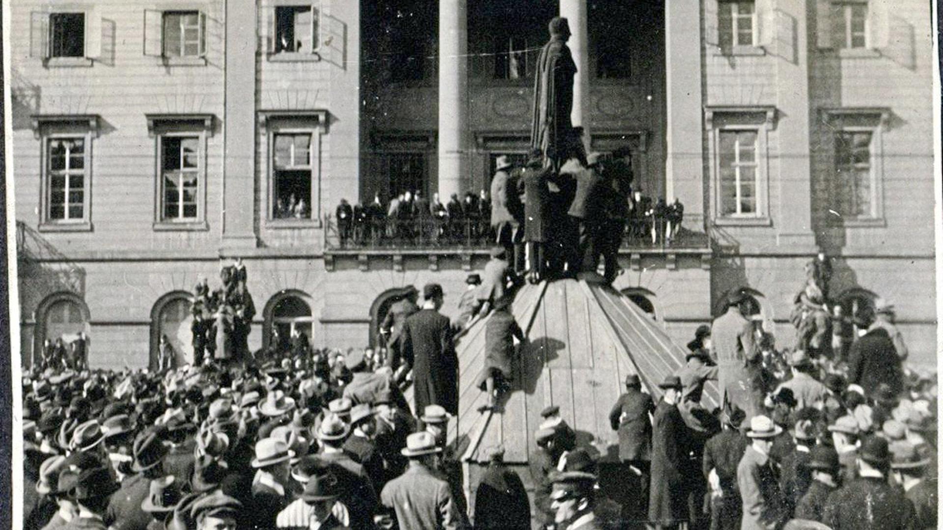 Wehrhafte Demokratie: Am 14. März 1920 demonstrierten Tausende Menschen vor dem Karlsruher Rathaus gegen den Kapp-Putsch. Zwei Tage später wurde der Generalstreik ausgerufen.