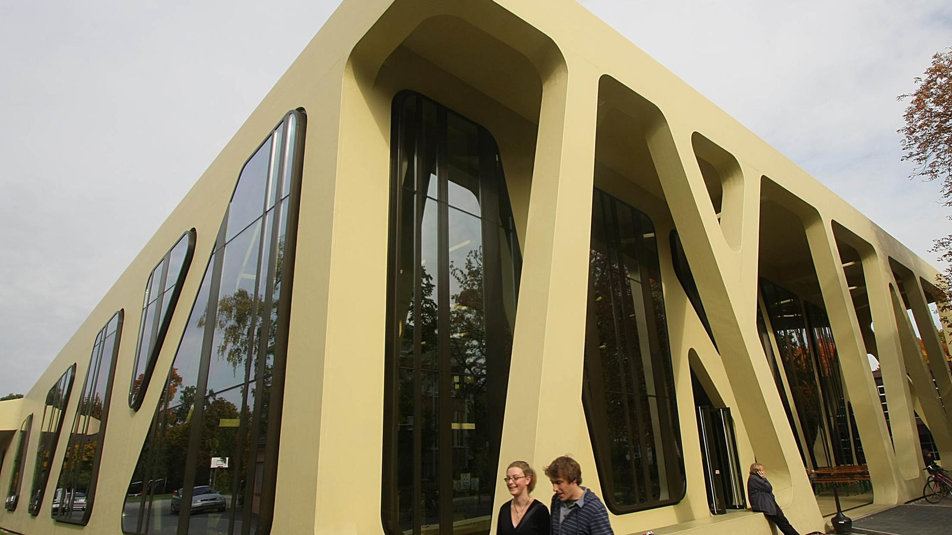 Die Mensa Moltke hat eine moderne Fassade, die schon ausgezeichnet wurde.