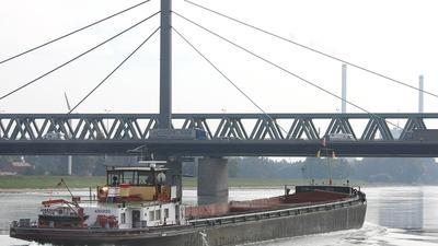 Rheinbruecke mit Verkehr und Schifffahrt.