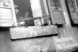 """In Karlsruhe ging am 4. April 1945 der Krieg zu Ende. """"Und dennoch: Wir kapitulieren nicht"""" stand auf der Wand eines Hauses in der Kaiserstraße. Der MG-Schütze im Fenster war allerdings ein Franzose."""