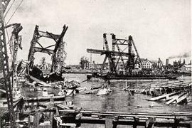 """""""Fliegende Festungen"""" hatten die Rheinbrücke bei Karlsruhe lediglich zu beschädigen vermocht – zerstört wurde sie im Januar 1945 bei einem Jagdbomber-Angriff. 14 Männer, die gerade bei Reparaturarbeiten waren, wurden dabei getötet. Auf dem Foto, das nach Kriegsende entstand, ist neben den Resten der Eisenbahnbrücke eine von den Franzosen errichtete Pontonbrücke zu sehen."""