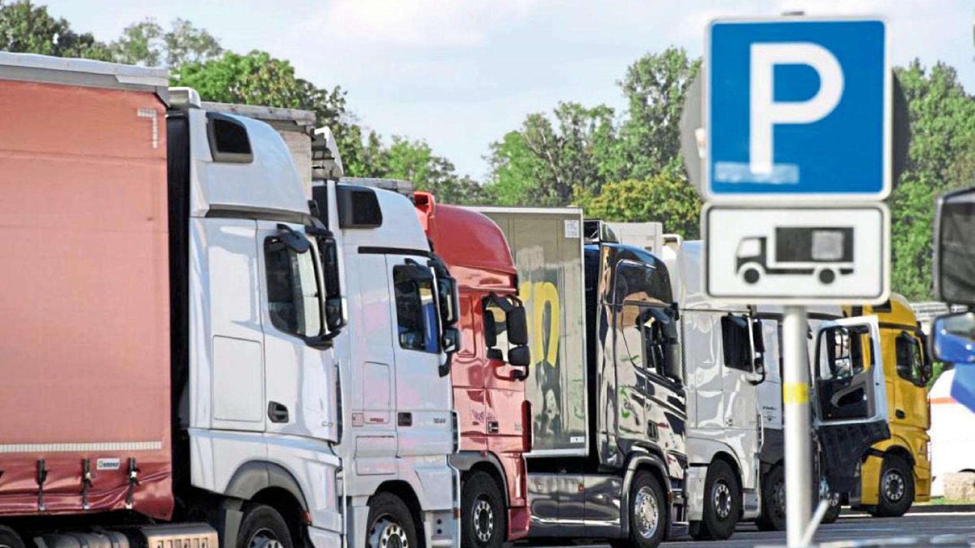Parkplatz gesucht: Lastwagen stehen an der A5 bei Karlsruhe auf einem Rastplatz mit Lkw-Parkplätzen. Die mangelnden Stellplätze führen immer wieder zu brenzligen Situationen, wenn Fahrer falsch parken.