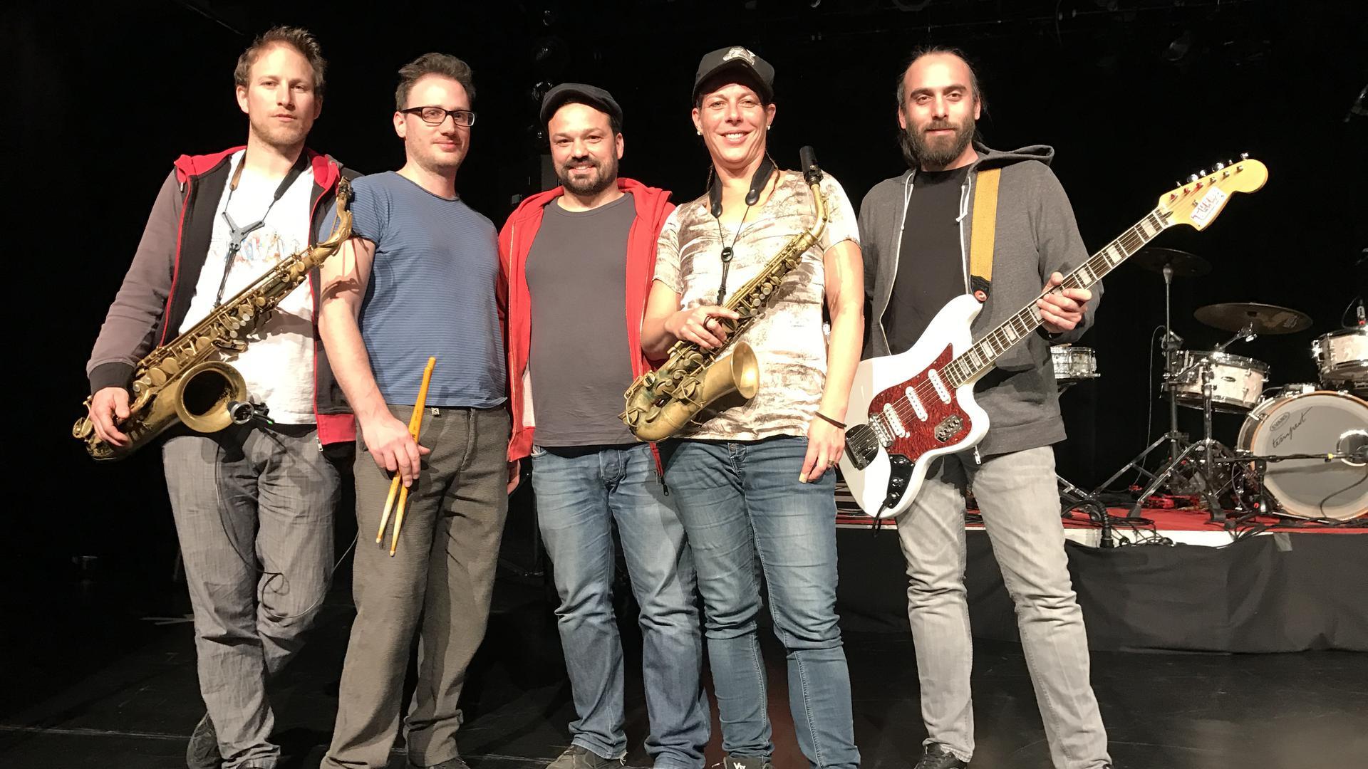 Die Freiburger Band Äl Jawala: Krischan (v.li.), Daniel, Markus, Stefanie und Benjamin.