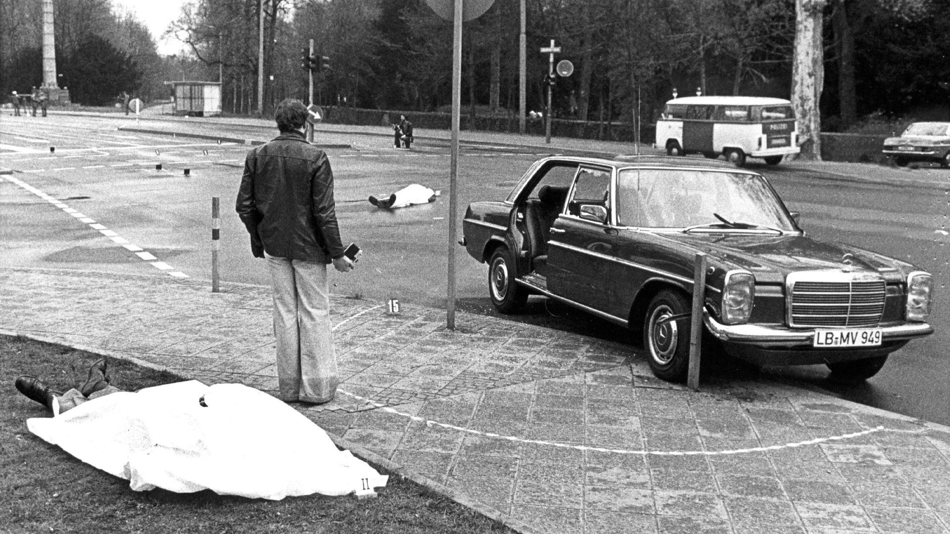Beim Attentat der RAF in Karlsruhe sterben Generalbundesanwalt Siegfried Buback, sein Fahrer Wolfgnag Göbel sowie der Begleiter Georg Wurster und.  Wer die tödlichen Schüsse von einem Motorrad aus abgab, ist bis heute nicht klar.