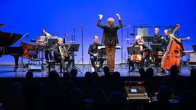 """©ARTIS-Uli Deck// 21.10.2021 HfM, Hochschule für Musik ,  ERÖFFNUNGSKONZERT Festival """"Zeitgenuss"""" Voices and Scars Stimmen und Narben , Fury II Konzert für Kontrabass und Ensemble (2009),  Komponist Rebecca Saunders -Copyright -ARTIS-ULI DECK Werrabronner Strasse 19  D-76229 KARLSRUHE TEL:  0049 (0) 721-84 38 77  FAX:  0049 (0) 721 84 38 93   Mobil: 0049 (0) 172 7292636 E-Mail:  deck@artis-foto.de www.artis-foto.de Veroeffentlichung nur gegen Honorar nach MFM zzgl. gesetzlicher. Mehrwertsteuer, kostenfreies Belegexemplar und Namensnennung: ARTIS-Uli Deck.  Es gelten meine AGB., abzurufen unter :    http://artis-foto.de/agb01_2008_DE.pdf"""