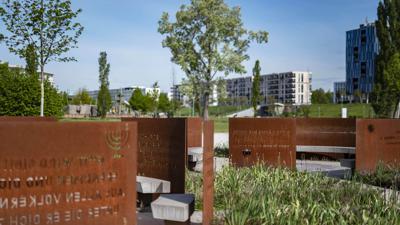 Ein friedliches Miteinander trotz vieler Unterschiede: Dies symbolisiert der Karlsruher Garten der Religionen im Citypark mit Zitaten, Abbildungen und baulicher Gestaltung.